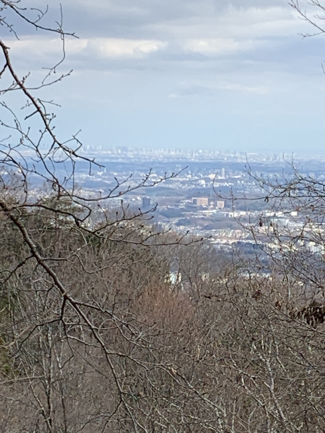 毎月恒例のハイキングは初詣も兼ねて高尾山へ。相模湖駅から小仏城山、高尾山、そして高尾駅まで歩きました。