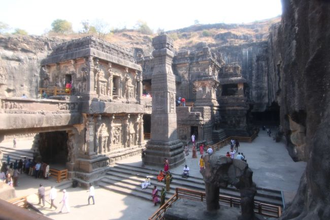 34年前に一度、ニューデリー近郊には行ってみたが、広いインドの他の地域は未体験ゾーンだった。その後、西インド(ムンバイを州都とするマハーラシュトラ州の近郊)の石窟寺院の存在を知り、何時かは行ってみたいという願望だけがズ~ッと頭の片隅にあった。<br /><br />旅行社に申し込んだ昨年の11月の時点では、新型コロナウイルスなど存在しなかったので話題にもならなかったが、ビザを申請する頃になると、中国で猛威を振るい始め、アッという間に世界中に蔓延してしまった。しかし、インドへの渡航は禁止されておらず、入国もOKだったので、今回、思い切って旅立つ事にした。ホンの2週間前に旅をしていた時には思ってもみなかったが、3月3日にインド政府は、入国ビザを持っていても無効とし、日本人の入国を拒否するに至ってしまった事を思うと、大変ラッキーだったと思っている。<br /><br />インドでは、連日30度を超える日々が続いたが、乾季のベストシーズンの割には、交通渋滞は減らなかったものの、何処に行っても旅行客は少なめで、写真を撮るにしても時間を有効に使え、大変助かった。また病気に感染する事も無く無事帰国できたので、ホッとしている。<br />今回はそのエローラ編。