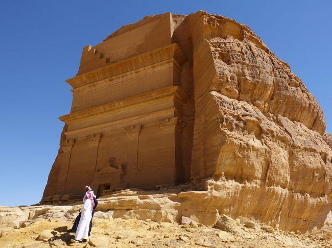 2019年9月に観光ビザが解禁になったサウジアラビア。世界遺産のマダイン・サレの観光は3月2日まで、ということで、急遽2月に行くことに。帰国してみたら、コロナ禍のせいでその次の日から日本人の入国が拒否されるようになったとか。まさに滑り込みセーフのサウジ観光でした。<br /><br />その4は、今回の旅のハイライト、マダイン・サレ(マダイン・サーレハ)の観光です。メディナからバスで荒野を走り、奇岩が見えてきたら、もうそこはマダイン・サレへの拠点、アル・ウラです。そこからバスを乗り継いで、世界遺産にもなっているナバテア文明の遺跡へ。ヒジャーズ鉄道やエレファントロックも見て、すぐそばのテント風ホテルで宿泊しました。<br /><br />・メディナからバスで4時間、マダイン・サレの入口へ<br />・バスを乗り継いで、まずヒジャーズ鉄道の見物<br />・さらに別のバスに乗ってマダイン・サレの中へ<br />  Jabal Ithlib。風が通り抜けるシーク(岩と岩の間のスリット)<br />  Jabal Ithlib。女の子の丘と呼ばれているたくさんの墓<br />  Qasr AlFarid・マダイン・サレ最大の墓<br />・アル・ウラの打ち捨てられた旧市街を見ながら昼食のレストランへ<br />・エレファントロック<br />・本日の宿はエレファントロックからもほど近い、サハリ・アル・ウラ・キャンプ。星空もきれい<br />・アル・ウラ空港からリヤドへ<br />  <br /><br />表紙写真は、一つ岩のQasr AlFarid。