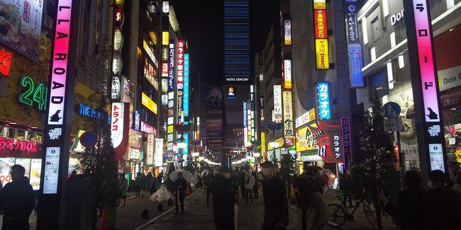 歌舞伎町は日本最大の歓楽街。<br />昼でも深夜でも人でごった返し、早朝ですら人がたくさんいる。<br />そんな街も今は閑散としているという。<br /><br />この旅行記はまだ国内でも大きな感染が始まる前、今から2か月くらい前の時期。<br />仕事で新宿に宿泊することのなり歌舞伎町で食事をした時のものである。<br />それでもいつもよりは格段に人の数は少なくなっていた。<br /><br />飲食店もいつもは並ぶような店さえも比較的簡単に入れる。<br />地方にいていくらニュースで見ても感じなかった感染の気配が肌で感じられた。<br /><br />まずは回転寿司屋「沼津港」で軽く一杯。<br />きちんと間隔を空けてビールを飲んでつまみや寿司を食べる。<br />いつも通りの美味しさ!<br />3杯くらい飲んでいると少し混んできた。<br />まだ食べたりないが店を出よう。<br /><br />ホテルに戻る途中に沖縄料理「やんばる」がある。<br />外から店を見ると2組くらいしかいない。<br />これなら外の食券機でシークワーサーサワーとソーキを購入して店内へ。<br /><br />カウンターに座って飲みながらソーキを食べる。<br />久しぶりのソーキは美味しい!<br />1杯で店を出てホテルに戻る。<br /><br />飲み足りないし食べたりないから、ラーメンを食べに出る。<br />「すごい煮干しラーメン凪別館」へ。<br />ここは混んでいる。<br />券売機でハイボールとラーメンを購入してカウンターへ。<br /><br />ハイボールを飲んでいるとラーメン登場。<br />いつも通り煮干しの強烈な風味が効いたスープが絶品!<br />大満足して完食。<br /><br />ホテルに戻ってゆっくり休む。<br />翌朝は歌舞伎町のど真ん中にある「いわもとQ」。<br />朝そばを購入する。<br />茹でたてのそばと揚げたてのかき揚げ、そしてご飯。<br />ゆっくりと朝食を取る。<br /><br />満足した食べ過ぎの2日になったが、このあと1か月でとてもこんな食紀行が楽しめなくなる事態になるとは思いもしなかった。<br /><br />今はしっかり自粛して早期に、このような楽しい日々が戻ることを祈るばかりである。<br /><br />