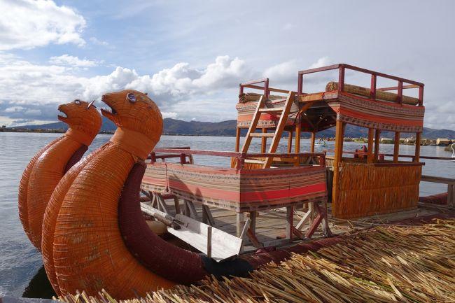 ペルーのクスコからボリビアのラパスに移動するために、途中で観光をしながら移動できるツアーを利用しました。<br />夜22時にクスコを出発した夜行バスは、朝の5時過ぎにプーノに到着。<br />プーノからはウロス島への観光に行きました。<br />標高4000メートル近くにあるチチカカ湖は巨大で、まるで海のよう。<br />その中に浮かぶトトラでできた島は、以前から行ってみたかったところ。<br />また一つ夢がかないました♪