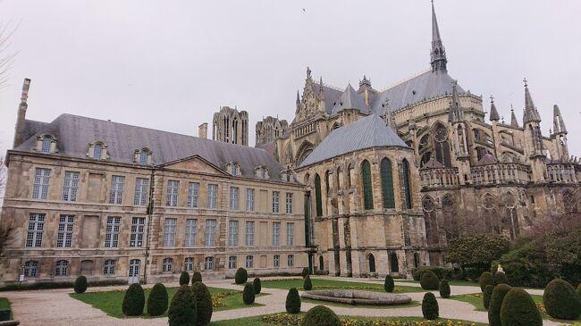 【ヨーロッパ5カ国周遊③シャンパーニュ地方ランス】<br />シャンパーニュ地方および、その中心都市であるランス市内観光をまとめた旅行記となります。お酒のシャンパンはシャンパーニュという地方の名前から由来しています。その名の通りシャンパンがシャンパーニュ地方の名産品です。<br /><br />《ヨーロッパ5日目》『フランス3日目』2020年2月24日(月)<br /> 朝起きてホテルの朝食を食べパリを離れ、シャンパーニュ地方・ランスに向かいました。パリ郊外を出るとあっっという間にパリ近くの田舎とは思えないほど緑で自然豊かな丘陵風景と小麦・大麦・ぶどう園などがあたり一面に広がっていました。フランスはヨーロッパ第一位の農業国ということもあり、広い国土を生かした農業力で小麦などを作っています。やがてそれが、フランスパンやシャンパン・ワインの原料となり地元の名産品として世界に知られているのです。<br /> ランスに着くとランス・ノートルダム大聖堂やト宮殿それから聖レミ司教が眠るサン・レミ聖堂など世界遺産にも登録されている歴史的建造物を肌で体感することが出来ました。また、ランスは多くの歴史の舞台にもなっており、フランク王国の誕生とも繋がりがあったりと非常に重要な町だと感じます。そうしたことを踏まえながら、ランス市内の観光を楽しみました。何と言ってもシャンパーニュ地方はシャンパンの名の由来となった町ですかね~