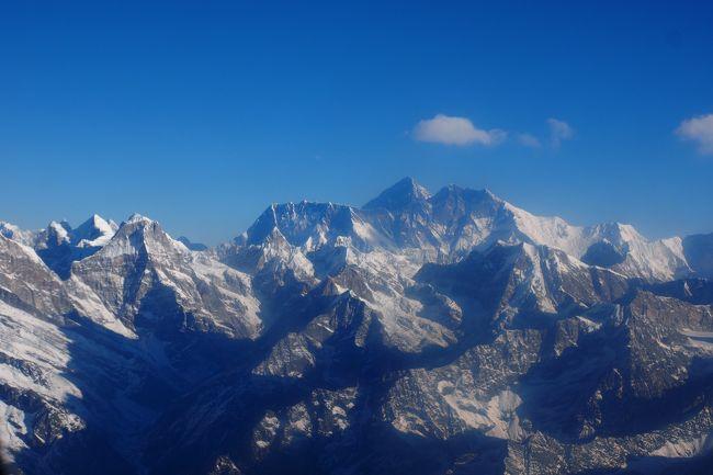 ひたすら、ヒマラヤを鑑賞する10日間(現地7泊)のツアーに参加しました。<br />当初、チトワン国立公園でのサファリが組み込まれたツアーを探したのですが、<br />都合がつかず、チトワンは次回に挑戦することに。<br /><br />エベレスト遊覧飛行は、帰国日にあった3回目の挑戦で無事達成しました。<br />アンナプルナ遊覧飛行は1回目で達成。(こちらも翌日に予備日が設定されていました)<br /><br />この旅行記が、これから旅行を検討されている方に参考になれば幸いです。<br /><br />【日程】<br />12月11日(水)羽田発 ⇒ バンコク経由 ⇒ カトマンズ着 パタン観光<br />       (カトマンズ泊)<br />12月12日(木)エベレスト遊覧飛行(未達)、市内観光ほか (カトマンズ泊)<br />12月13日(金)エベレスト遊覧飛行(未達)、カトマンズ ⇒ マナカナ ⇒<br />        (ゴルカ泊)<br />12月14日(土)ゴルカ観光 (ゴルカ泊)<br />12月15日(日)ゴルカ ⇒ バンティプル ⇒(ポカラ泊)<br />12月16日(月)アンナプルナ遊覧飛行(成功)、ポカラ市内観光、日本山妙法寺<br />       (ポカラ泊)<br />12月17日(火)サランコットの丘でヒマラヤ鑑賞後、ポカラ(国内線)          ⇒ カトマンズ ⇒(ナガルコット泊)<br />12月18日(水)ナガルコット ⇒ カトマンズ空港 ⇒ エベレスト遊覧飛行(成功)<br />       カトマンズ発 ⇒ バンコク経由 ⇒ 羽田着(19日早朝)<br /><br /><br />