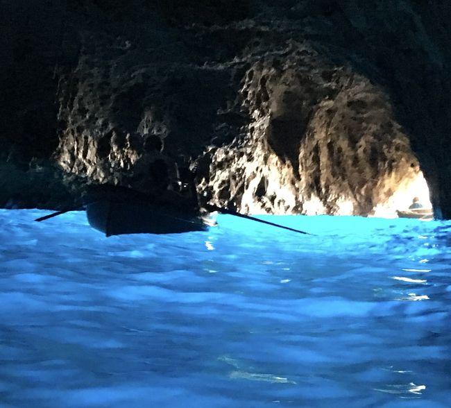 「コロナウイルスに負けるな!イタリア」の応援の気持ちを込めて、昨年7月の旅行記を記します。<br /><br />いつか行ってみたかったイタリアへ母と二人でパッケージツアーに参加しました。<br />母の希望はカプリ島の青の洞窟とベネチア、私の希望はミラノで最後の晩餐の鑑賞とJGPの恩恵を受けるべくワンワールド航空会社利用です。これらすべての希望を満たすツアーは無かったので、日本旅行社のフィンエアーを利用する「素敵なイタリア」ツアーを現地発着にしてフィンエアーの航空券を別買い、本隊より1日前にローマ入りしてベルトラで手配したローマ発着カプリ島日帰りツアーを加えました。<br /><br />【旅程】<br />7/11(木)成田発フィンエアーにてヘルシンキ乗り換えローマ ローマ泊←ココ<br />7/12(金)ベルトラ社扱い「みゅう」カプリ島青の洞窟1日ツアー参加 ローマ泊 (夜にツアー本隊と合流)←ココ<br />7/13(土)ローマ市内観光 コロッセオ・バチカン・最後の審判・夕食はカンツォーネディナー ローマ泊 ←ココ<br />7/14(日)AMバス移動 PMフィレンツェ観光 フィレンツェ泊<br />7/15(月)AMピサの斜塔 PMフィレンツェ市内自由散策 フィレンツェ泊<br />7/16(火)AMベネチアへバス移動 PMガラス工房見学・ゴンドラ乗船後自由散策 ベネチア泊<br />7/17(水)AMミラノへ移動 最後の晩餐・ドゥオーモ見学後自由散策 ミラノ泊<br />7/18(木)ツアーと一緒にフィンエアーで帰国 機内泊<br />7/19(金)AM成田着