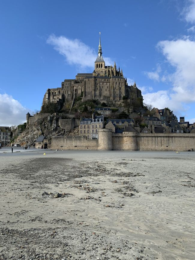 あるアーティストのライブ参戦が主目的でフランスに行きました。基本はパリでモンサンミッシェルには1泊だけ。全て個人手配。ツアー無し。<br /><br />【エアライン】エティハド航空<br />【経路】成田~アブダビ~パリ(CDG)<br /><br />【日程】<br />2/23 17:00 成田出発<br />2/24 7:10 パリCDG空港着<br />2/27~28 モンサンミッシェル<br />2/28夕方~<br />3/5 10:10 パリCDG空港発<br />3/6 12:30 成田着<br /><br />10~20分ほどの多少の遅れはあったと思いますがだいたい定刻通りの発着でした。<br /><br />パリ滞在で一番恐れていたスリにも結局遭わずに済みました。