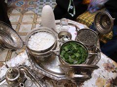 迷宮の町フェズで陶器工房で買い物の後ブー ジュルード門・カラウィン モスク・神学校を見学し民家を訪問してミントティーを頂く