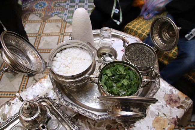 迷宮の町フェズで陶器工房で買い物の後現役を引退した大工の棟梁の家でミントティーを頂く<br /><br />表紙の写真は頂いたミントティーセットです。<br /><br />モロッコでは砂糖入りがスタンダードですが私は無糖を頂きました。