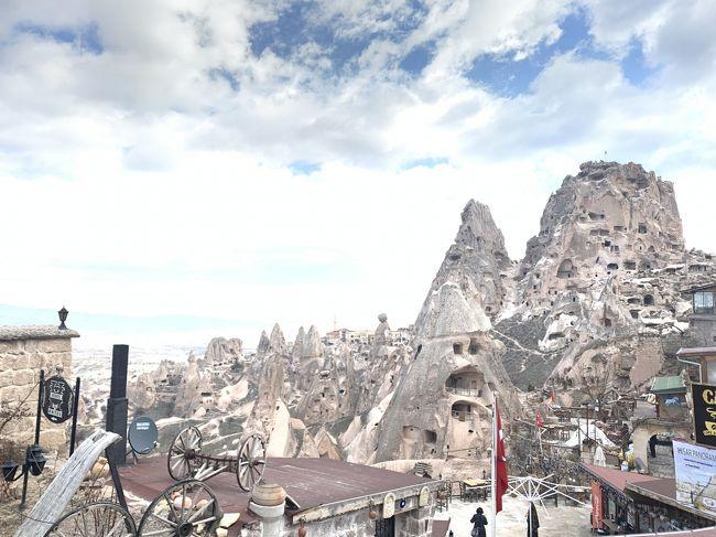 旅行記初投稿です。<br />2020年の2月にトルコに行ってきました。<br />トルコは初めてなので、各地を巡ってくれるツアーに参加しました。<br />トルコ10日間周遊のツアーはたくさんあるのですが、日程や行き先は大体同じだと思うので、迷ってる方の参考にしていただきたいです。また、海外旅行に行けない今、少しでも海外旅行をした気分になっていただければ幸いです。<br />日程は以下の通りです。<br /><br />【日程】<br />1日目:成田→ドーハ→アダナ(トルコ)<br />2日目:カッパドキア観光<br />3日目:カッパドキア観光<br />4日目:コンヤ観光<br />5日目:パムッカレ観光<br />6日目:アフロディシアス、エフェソス、クシャダス観光<br />7日目:ベルガマ、ブルサ観光<br />8日目:イスタンブール観光<br />9日目:イスタンブール観光<br />10日目:イスタンブール→ドーハ→成田<br /><br />1~3日目は、移動とカッパドキア観光です。<br />残念ながらカッパドキアで気球に乗ることはできませんでしたが、地下都市やキノコ岩など、見所がたくさんありました。<br /><br />