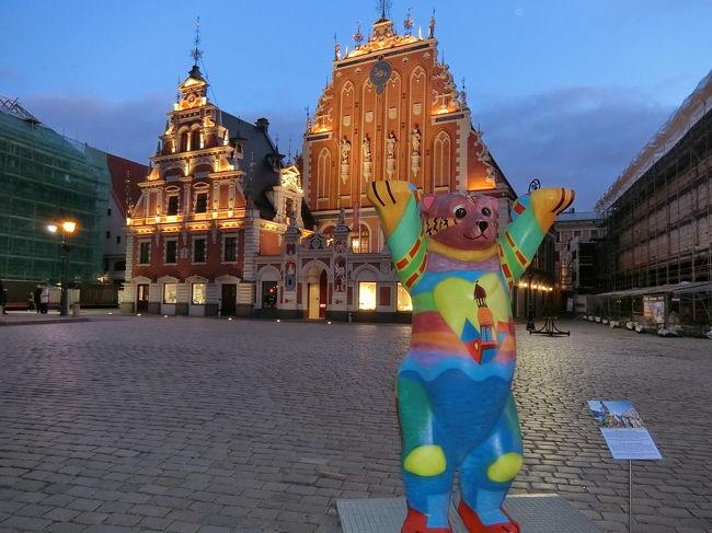 1ヶ月の有休でひとり旅。<br />行き先も決まらずに準備期間5日、準備期間がなくてもとっても楽しかったよ~という旅行記です。<br />自分用の記録と同じ地域にいく人への参考になれば幸いです。<br /><br />バルト3国2か国目、ラトビアへ入国!<br /><br />エストニアの首都タリンからラトビアの首都リガへの移動は、高速バスです。日本で予約していきました。<br />初めて行く場所へは、日があるうちに到着するようにいつも気を付けています(出来ないときもあるけど)。<br /><br />バルト3国は、旅行してみて初めて知ったことがいっぱい!<br />各旅行記でちらほらお伝えしていますが、ここでは都市間の移動、高速バスです!<br /><br />まずはタリンの旧市街のホテルからバスターミナルへBaltで移動。ノーストレス!<br />そして、バスターミナル綺麗!こざっぱりしている感じですが、新しいサービスエリアみたいな感じ。<br />コンビニと小さめのカフェテリアもあるので、バスを待つ間、乗る直前に便利です。<br />有料のトイレもありました。綺麗で安心して使えました。大きいスーツケースを持っていましたが、入れました。<br /><br />バスターミナルには空港のような電工掲示板があって自分の乗るバスがどのホームから出発するか等確認できます。<br />事前情報でE Ticketを印刷していくのがお薦めとあったので、私も日本で用意していました。<br /><br />乗車するバスが到着したら自分でバスの乗り口まで行きます。運転手さんとアテンダント(この人はバスには乗りません)がいるので、E ticketを渡すとチェックインしてくれます。確かパスポートも見せました。<br />チェックインが終わるとスーツケースを運転手さんがトランクに入れてくれるので、それを見届けて私も乗車。<br /><br />中央の乗り口のところにコーヒーとお湯のサーバーがあるので、ほしい人はセルフで。<br />私はコーヒーが飲めないのですが、ティーバックを持っていたのでお湯はありがたかった。乗車中も自由に<br />おかわりできるのですが、高速バスで飲み物を持って歩く気分にはならなかったです。トイレも近くなっちゃうし。<br /><br />タリン発 09:30<br />リガ着  13:55<br />12ユーロ<br /><br />車中ですが、飛行機のように各席にモニターが設置されており映画とか今どこにいるか確認できます。<br />トイレも完備です(海外で長距離移動だと急にお腹痛くならないかなとか不安になるので、あるだけで安心)。<br />最初私の席はモニターなし(入口付近だけそういう席があります)だったので、アテンダントさんに言って席を変えてもらいました。<br /><br />混雑度は半分くらいでしょうか。隣の人がいなくて快適でした。<br />ターミナルで購入したパンを朝食代わりにして、その後はほぼ寝ていました。変な揺れも感じなかったし、遅延もありませんでした。それでこの値段、お薦めします!<br /><br />リガのホテルも日本で予約済み。<br />バスで移動も事前に決めていたので、バスターミナルから徒歩圏内の旧市街のホテルです。<br />ピンクのプチホテル。部屋は白が基調となっており、バスタブもあり、女子が喜びそうなかわいさ。<br />私も旅のテンションがあがりました!<br /><br />Forums Hotel 9,662円/2泊<br />ダブルベッドルーム、朝食込み、予算内で大満足です。<br />リガの観光地も旧市街に集中していて、すべてホテルから徒歩で移動しました。スーパーも近くに数件ありますよ。<br /><br />【観光】<br />旅行記5つ目ですが、観光地についてほぼ書いていないですね。。観光地は他の方も書いているでしょうし、<br />私は個人旅行のTipsに特化していこうと今更ながら思いました汗。<br />でも、リガの観光地も地球の歩き方片手に端から回りましたよ。中央にある沈んだ教会でのオルガンコンサートにも<br />行きました(名前すぐ忘れちゃう)。あと屋根の上の黒猫とかね。<br /><br />リガの旅行代理店を利用しました。(リガービリニュスの移動+十字架の丘)<br />smile line day tourです。<br /><br />【食事】<br />バルト3国、レストランのクオリティー最高!<br />まずおしゃれ!ここは青山か!いや、パリか!くらいおしゃれ。なのにスタッフは温かい感じで居心地がよい。<br />バルト3国2か国目にして気づいたこと、B