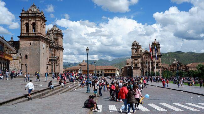 新型コロナウイルス蔓延防止の為、2/26に政府の自粛要請が発表され、学校や施設の閉鎖、国内イベント中止が相次ぐ中、2/28から3/9にかけて、ペルーとボリビアに行ってきた。<br />入国規制や国境封鎖、行動規制などの恐れはあるが、ペルーとボリビアでは新コロナウイルス感染者が報告されていなかったこと、飛行機は換気性能に優れ感染の危険が少ないこと等を考慮して、キャンセルせずにツアーに参加した。<br /><br />【旅程】<br />・2/28(金)<br /> 自宅出発、成田に前泊              〈ラディソン成田 泊〉<br />・2/29(土)<br /> 成田から空路、ロサンゼルス乗り継ぎでリマへ     〈ホリデイ・イン エアポート 泊〉<br />・3/1(日)<br /> リマから空路、クスコへ〔クスコ市内観光〕<br /> バスでオリャンタイタンボへ 列車でマチュピチュへ    〈エル・マピ 泊〉<br />・3/2(月)<br /> バスでマチュピチュ遺跡へ〔マチュピチュ遺跡観光〕<br /> バス、列車を乗り継いで、クスコへ             〈シマ クスコ ホテル 泊〉<br />・3/3(火)<br /> クスコからララヤ峠を経てブーノへ      〈リベルタドール ラーゴ チチカカ 泊〉<br />・3/4(水)<br /> チチカカ湖クルーズ〔ウロス島観光〕<br /> バスで国境の町デサグアデロを経てラ パスへ<br /> ラ パスから空路、ウユニへ 着後4WDでホテルへ      〈クリスタルサマニャ 泊〉<br />・3/5(木)<br /> 〔ウユニ塩湖観光〕                   〈クリスタルサマニャ 泊〉<br />・3/6(金)<br /> 〔ウユニ観光〕空路ラパスへ〔ラパス市内観光〕        〈エウロパ 泊〉<br />・3/7(土)ラパスから空路、クスコ乗り継ぎリマへ<br /> ショッピング、夕食後空港へ<br />・3/8(日)<br /> リマから空路、ロサンゼルスで乗り継ぎ成田へ<br />・3/9(月)<br /> 成田空港着<br /><br />まだ、バルト三国の旅行記が途中ですが、ツアー同行者の中に写真を見たいという方がいらしたので、先にこちらの旅行記を上げることにします。