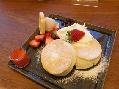 季節限定のパンケーキを求めて長町武家屋敷跡界隈にある和カフェ『菓ふぇMURAKAMI Nagaya-mon店』に行って来ました。<br /><br />コロナ・ショックの逆風は皆無ではないにも関わらず長町武家屋敷跡界隈は観光客でかなりの賑わいです。<br /><br /><br /><br /><br />金沢へ・・・・
