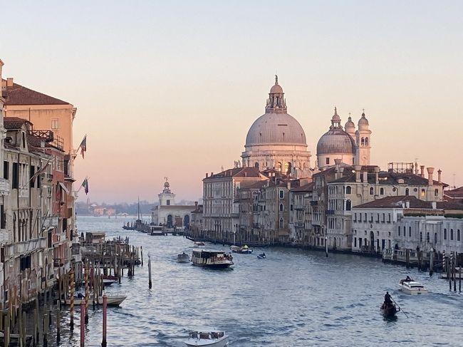 コロナ禍直前の2月中旬にイタリアツアーに参加してきました。出発時はまだイタリア全土で感染者数はわずか1名、楽しいツアーだったのですが…その後皆様ご存知の通り2月下旬に向かって爆発的な感染者数になってしまいました。<br /><br />4トラベルの皆様にも好きな国の現状に心を痛めている方、せっかくの旅行計画を中止や延期せざるを得ない方が大勢いらっしゃると思います。1日も早い収束と、また全ての人が楽しく安全な旅ができる日が来ることを切に祈ります。<br /><br /><br />イタリアは歴史とショッピングとグルメと本当に素晴らしく、街並も美しく人々もフレンドリーな何度でも訪れたい国でした!参加した格安ツアーは朝食と基本的な観光しかつかない、良く言えばフリータイムが多く自由度が高い物でした。<br /><br />ミラノ→ベネチア→フィレンツェ→ローマと移動する8日間の旅程。うちミラノ以外の3都市で長めのフリータイムがありました。<br /><br />ベネチアでは13:00から18:00までフリータイム。<br />スマホの地図を頼りに美しい海と運河の街を時間の限り歩いてきました!