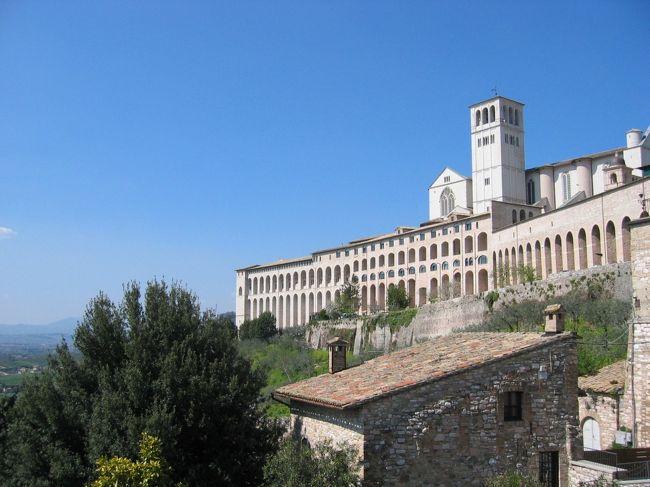 2007年、復活祭をローマで過ごすという貴重な機会をいただきました。<br />とても特別な1週間、この時期にローマ、バチカンを世界から訪れる人たちの喜び、熱気におされました。<br /><br />3/31(土)バーゼル→(easyJet)→ローマチャンピノ<br />4/1(日)枝の主日(受難の主日)<br />4/2(月)ヨハネパウロ二世の命日のミサ<br />4/3(火)<br />4/4(水)水曜日のオーディエンス(謁見)<br />4/5(木)聖木曜日の主の晩餐ミサ<br />4/6(金)カタコンベ  十字架の道行<br />4/7(土)アッシジ 復活徹夜祭<br />4/8(日)復活の主日 ローマ→(夜行列車)→バーゼル<br /><br />今年2020年、復活祭のローマ訪問を数ヶ月、数年越しで計画して楽しみに待っていたのにキャンセルせざるを得なくなった人たちのことを思うと、心が痛みます。