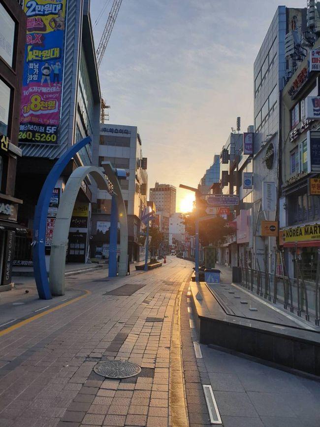 <br />3月17日<br />韓国 釜山 <br /><br />7時ごろ Biff広場 の様子<br /><br />コロナ前には、この時間には外国人がいるハズが、イマは閑散と…。<br /><br />以上、毎月ソウル 毎月釜山<br />カラダを張ったフリーランスライター年収150万円がお伝えしました。<br />近日 地球の迷い方 コロナ韓国編2020年版<br />自費出版予定!<br /><br />旅行前にはガイドブックを買いましょう~!<br />