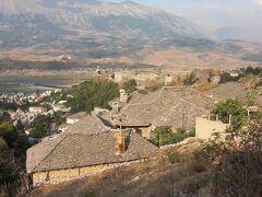 急坂を上がるとジロカストラの石葺き屋根の町が一望
