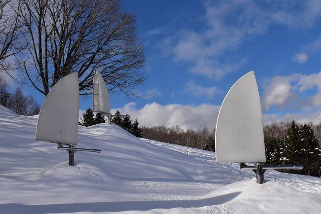 「札幌芸術の森」が昭和61年(1986)に開園して以来開催している、冬の人気イベント「かんじきウォーク」。<br />7.5ヘクタールの野外美術館には、現代を代表する彫刻家の作品、64作家74点の彫刻が展示されています。<br />雪原の中の彫刻たちは、頭に雪を載せたり、半分埋もれていたり、ユニークな姿を見せてくれます。<br />普段は歩けないコースでも昔ながらの「かんじき」なら可能で、さらさらした雪の散策が楽しめます。<br />2020年の開催期間は1月18日~3月15日に開催。(但し新型コロナウィルス感染予防のため2月29日で中止)<br /><br />今日は札幌市営地下鉄真駒内駅からバスで「札幌芸術の森」へ移動。<br />施設内にある野外美術館の「かんじきウォーク」に参加し、雪原の中の彫刻たちを鑑賞します。<br />次に、ひばりヶ丘駅へ移動し、「旧馬場牧場の石造りサイロ」を見学します。<br /><br />なお、旅行記は下記資料を参考にしました。<br />・札幌市「真駒内地域」「姉妹都市交流:ポートランディア」<br />・札幌芸術の森HP、かんじきウォークパンフレット、「収蔵品データベース」<br />・札幌芸術の森野外美術館ガイドパンフレット:彩霞燈、ユカタンの女、夏引、幼いキリン・堅い土<br />・北海道、アズーロ日記&茶太郎「札幌 芸術の森2~野外美術館」<br />・土木ウォッチング「環境造形『隠された庭への道』(札幌芸術の森 野外美術館)」<br />・日本仮設の情報BOX「札幌芸術の森-円錐壁-」<br />・隠居人はせじぃブログ、楽天版じぶん更新日記「北海道芸術の森・野外美術館」:人物1000<br />・札幌散策「札幌芸術の森 野外美術館」:グスタフ・ヴィーゲランの作品5点、<br />・水青の部屋「芸術の森」:若きカフカス人への追幻想譜<br />・日々にあらたに!「再び札幌芸術の森」:夏引、幼いキリン・堅い土<br />・MATCHA「魅力的なアートが74作品も! 札幌芸術の森野外美術館」:異・空間<br />・日本大百科全書「李禹煥」「こだま」<br />・札幌&大通公園観光情報ガイド「【旧馬場農場のサイロ】ひばりが丘団地にあるランドマーク」<br />