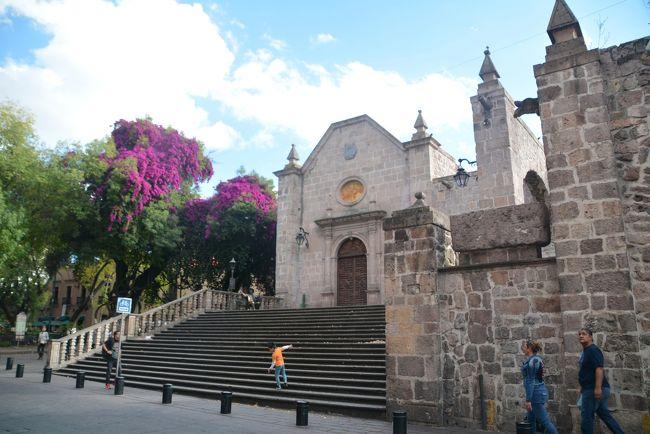モレーリアの街へ戻りました。<br />Templo de Santa Rosa de Limaの内装は目を見張るものがあります。<br />美しい街並みを歩き最後に州庁舎に向かいました。<br />無料で見学できる内部にはメキシコの歴史が描かれた壮大な壁画があります。<br /><br />https://youtu.be/B5yMeExMT1Y