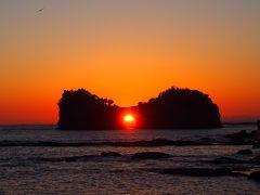 南紀白浜の円月島に沈む夕日を撮影
