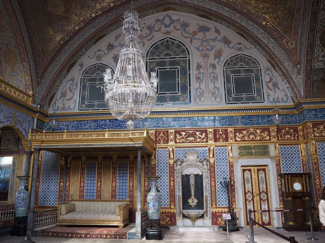 今回のツアー旅行最終日<br />トルコ イスタンブールの観光です。<br />移動が多く飛行機、バスに乗っている時間が長かったですが、<br />ツアー旅行なので楽に回れました。<br />とても楽しかったので、ツアー旅行っていいな~~~というのが感想です。<br />また阪急交通社を使いたいと思いました。<br /><br />2/26 新千歳⇒成田⇒イスタンブール<br />2/27 イスタンブール⇒カイロ ギザ泊<br />2/28 ピラミッド観光     ギザ泊<br />2/29 カイロ⇒イスタンブール<br />⇒カイセリ空港 カッパドキア泊 <br />3/ 1 カッパドキア観光 コンヤ泊<br />3/ 2 パムッカレ観光  パムッカレ泊 <br />3/ 3 エフェス観光   アイワルク泊<br />3/ 4 トロイ観光    イスタンブール泊<br />3/ 5  イスタンブール観光      <br />3/ 6 イスタンブール⇒成田国際空港<br />3/ 7 成田空港 ⇒ 新千歳空港