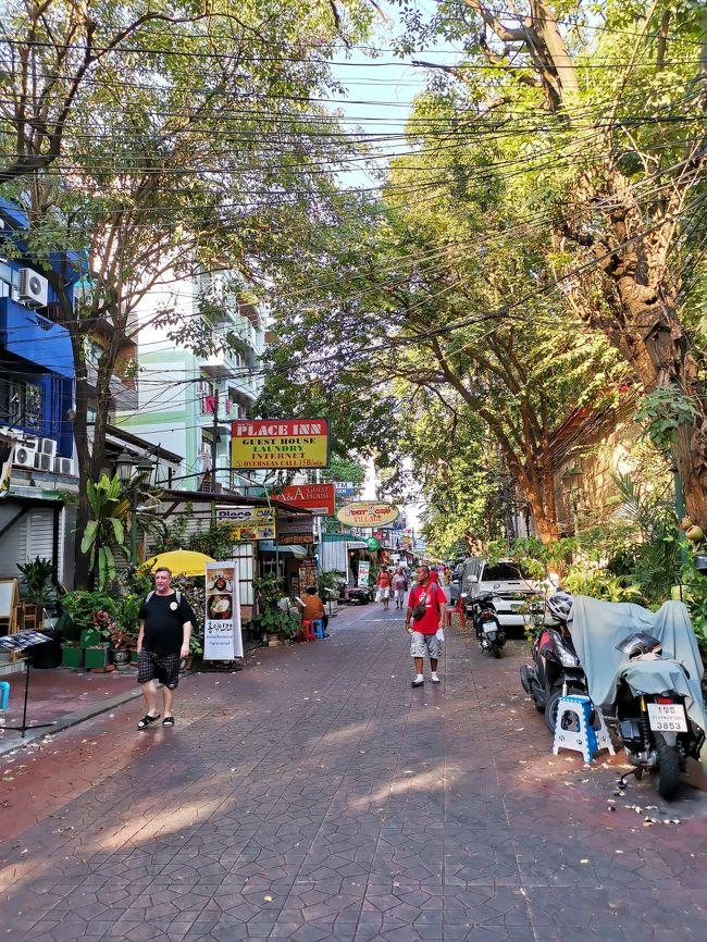久しぶりのタイ・バンコク タイは2015年のチェンマイ以来、バンコクは2004年正月から16年ぶり。<br /><br />今回はあまりガツガツ観光で回るよりは、バンコクに腰を落ち着けて、ゆっくり・のんびりと・・・という思い。<br /><br />先ずは3月12日、バンコク・ランブトリのゲストハウスに到着。<br /><br />表紙写真は、ホテルに近いランブトリ通りの「端っこ」 <br />中心部に行けばもう少し賑やかにもなりますが、私が毎日朝食を取ったりしていたのは、このあたりなので、表紙写真も。