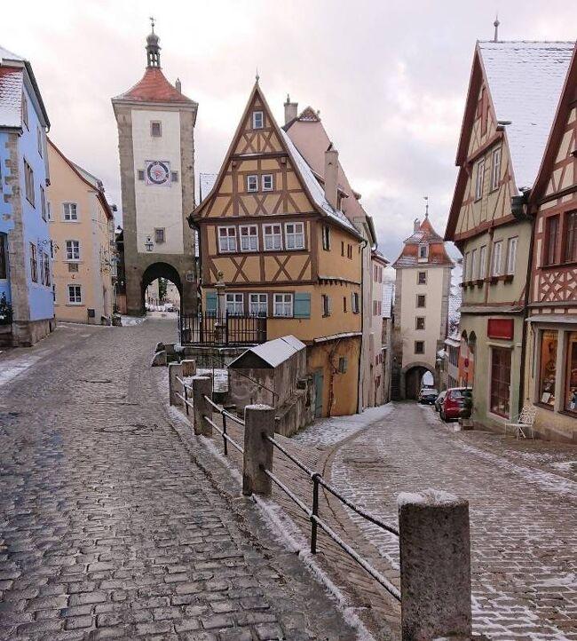 【ヨーロッパ5カ国周遊⑥ドイツ・ローテンブルク】<br />ヨーロッパ5ヶ国周遊のドイツ・ローテンブルクの1泊2日の滞在記と旅行記をまとめたものになります。ローテンブルクはロマンティック街道を代表する中世の街です。ロマンティック街道と古城街道が交差する中心地であるため商業の街として栄えてきた歴史があります。<br /><br />《ヨーロッパ6日目》『ドイツ1日目』2020年2月26日(火)<br />ローテンブルクに到着した1日は実に長い旅でした。フランス・ストラスブールからライン川を越えてドイツに入りハイデルベルクへ向かい観光を楽しみました。それから再びアウトバーンに乗って6時間かけてローテンブルクに到着しました。ローテンブルクに到着したときには既に暗くなっていました。ガルゲン門から入りホテルシュランネに到着して部屋で一休みしました。その後、聖ヤコブ教会とマルクト広場を訪れ13世期から続く中世の街ローテンブルクを満喫しました。そして待ちに待ったプレーンラインへ到着し夜のプレーンラインの写真をカメラに収め、すぐ横のお店で夕食を食べました。夕食ではドイツ料理のソーセージやローストビーフなどを食べながらドイツビールのヴァイツェンと白ワインを飲みましたが日本のものよりも遥かに美味しかったです。<br />最後に22時のマルクト広場の仕掛け時計の鐘の音を聞いてホテルに帰りました。<br /><br />《ヨーロッパ7日目》『ドイツ2日目』2020年2月27日(水)<br />朝起きた途端、外を見るとあたり一面銀世界が広がっていました。そして大粒のボタン雪が降り注いでいました。そのあと朝食をゆっくり食べました。朝食をとってローテンブルクの街へ進んでいき聖ヤコブ教会 マルクト広場に行ったあと途中のお土産やにも立ち寄りながらプレーンラインに行きました。昨夜暗い中でのプレーンラインを見ましたが明るい姿を見るのはこれが初めてです。プレーンラインで人がいないタイミングを計らって一生懸命写真撮影を思う存分に楽しみました。そのままプレーンラインのジーバー塔を潜り抜けジュピタール門に向かいそこから城壁の上へ登りました。しばらく城壁を歩いてローテンブルクの街を上から見物したあと再び下に降りてプレーンラインのところに戻りました。最後に見るプレーンラインでもう一度写真撮影をしたあと中世犯罪博物館の前を通りブルク公園に向かいました。ブルク公園からは渓谷を挟みながらローテンブルクの城壁と街並みを一望でき素晴らしく実に美しい光景が広がっていました。お土産屋に何件も立ち寄りながらマルクト広場を通りホテルに帰りました。ホテルをチェックアウト後、ローテンブルクの旧市街を出てミュンヘンへ向かいました。