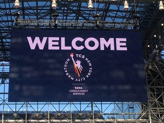 ニューヨークの訪問は2度目です。今回の旅の目的は、ニューヨークシティマラソンを走ることと、おいしいベーグルを探すこと、ビジネスクラス席を堪能することです。<br /><br />アボットマラソン 6 STAR シリーズを制覇したいと挑戦しています。シカゴ、ベルリンにつづく3つ目としてニューヨークシティマラソンを走ってきました。出走権の一般抽選に二年連続でハズレてしまったので、今回はニューヨークシティマラソン公認ツアー会社の国際興業社のマラソンツアー現地合流プランを利用しました。マラソン出走権は68,000円でした。<br /><br />#1Beforeマラソン 出発から前日のゼッケン受け取りまで<br />#2マラソン当日<br />#3Afterマラソン ブルックリンでのバスケ観戦と街歩き、帰国便<br /><br />表紙写真<br />#1EXPO会場のウェルカム看板 自由の女神が迎えてくれました<br />#2ビッグアップルと呼ばれるニューヨーク市の形を模したリンゴ型の完走メダル<br />#3<br />