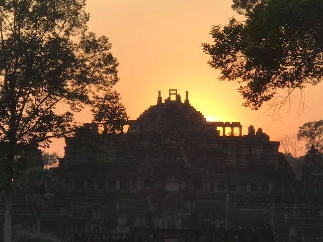 春分の日にアンコールワットの中央の塔から昇ってきた太陽が素晴らしくて段々知られ、その日になるとアンコールワットの表参道で賑わっています。西向きのアンコールワットが広すぎて裏側に木が沢山あるので、遠くから夕日が見る事できません。<br /><br />他の寺院から夕日が綺麗に見える所は2箇所あり、バプーオン寺院とバコン寺院です。どちらもピラミッド型遺跡で表参道が広くて遠くから太陽と合わせて見えるので、シェムリアップまでいらっしゃったら、そういう場所を探して見てみてください