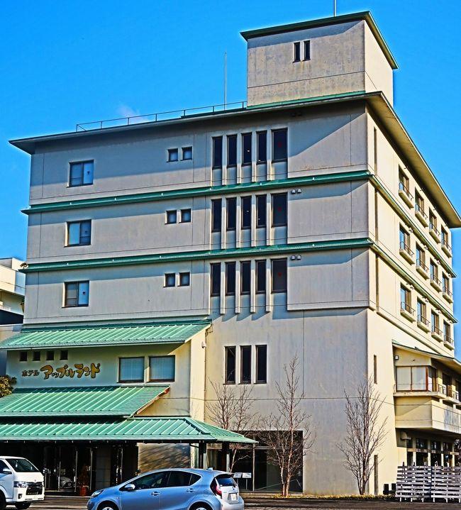 南田(みなみだ)温泉は、青森県平川市にある温泉。 <br />塩化物泉 源泉温度52℃<br />弘南鉄道平賀駅から徒歩10分と立地はいいが、周辺は集落や水田である。「ホテルアップルランド」という宿泊施設が1軒ある。<br />温泉開発は1971年(昭和46年)。りんご移出商をしていた社長が従業員の厚生及び地域振興のため温泉を掘削した。<br />(フリー百科事典『ウィキペディア(Wikipedia)』 より引用)<br /><br />津軽南田温泉・ホテルアップルランド については・・<br />http://www.apple-land.co.jp/<br /><br />りんご大観音 については・・<br />https://www.travel.co.jp/guide/article/23363/<br />https://mousoukiko.blog.fc2.com/blog-entry-421.html<br /><br />津軽とは、青森県西半部の呼称。かつての陸奥国の一部で,戦国時代以後津軽氏が領有。江戸時代には弘前,黒石の2藩に分かれた。<br />https://kotobank.jp/word/%E6%B4%A5%E8%BB%BD-99067 より引用<br /><br />みちのくの絶景と青森の名湯・伝統芸能 酸ヶ湯温泉と五能線・鶴の舞橋 3日間   クラブツーリズム <br />1日目 3月17日(火)   <br />羽田空港(13:15発)-日本航空145便- (14:35着)青森空港--<ホテル無料送迎バス/約40分>--南田温泉(泊) <br />宿泊:津軽南田温泉・ホテルアップルランド<br /><br />2日目 3月18日(水) <br />南田温泉--【移動:約60分】-鶴の舞橋(岩木山との美しい絶景)【滞在:約40分】--【移動:約30分】-鯵ヶ沢駅--<「五能線」乗車:約30分>--千畳敷駅--【移動:約50分】-五所川原・立佞武多の館(山車を見学)【滞在:50分】--【移動:約50分】-弘前(買い物)【滞在:約30分】--【移動:約40分】-大鰐温泉 (泊)  宿泊:大鰐温泉・青森ワイナリーホテル<br />大鰐温泉・青森ワイナリーホテル については・・<br />https://www.a-wineryhotel.com/<br /><br />