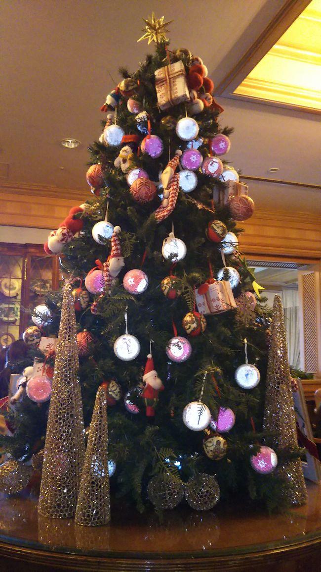 クリスマス飾り付けが素敵な椿山荘に宿泊しました。<br />王道のグルメと丁寧なルームサービス   ここでしかいただけないメープルロールケーキに大満足。<br />就寝前に、娘が 宅急便にコンタクトケースを積めて送ってしまったと大騒ぎ。  夜中、雨の中  コンビニ探しに出掛ける事に。<br />コンビニの場所を尋ねようとデスクに電話し事情を話すと「ございます。お部屋にお届けします。」<br />正に 地獄に仏でした。<br />お客様のご不便のないように置かれてるとのこと。<br />椿山荘のおもてなしの精神に敬服しました。<br /><br />