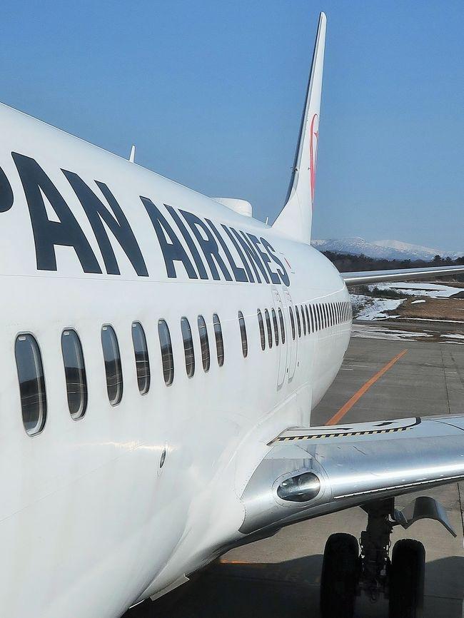 青森空港(Aomori Airport)は、青森県青森市にある地方管理空港である。 <br />青森市中心部から南方に約10キロメートル(バスで約35分)の標高198メートルの山腹に位置する、本州最北端の空港である。 <br /><br />1964年(昭和39年)11月5日開港。当1987年(昭和62年)にターミナルビルを現在の位置に移転。平成に入ってからも何度かターミナルビルの増床や滑走路の延伸が実施されている。 <br />東北地方では仙台空港に次ぐ利用者数がある空港であったが、東北新幹線が延伸されたことで、年間利用客が減少し、秋田空港に次ぐ3位となった]。国内空港の中でも屈指の雪の多さに悩まされているが、青森県は作業スピードの早さから「日本一」との呼び声もある空港除雪隊を「ホワイトインパルス」と命名し、PRに力を入れている。<br />(フリー百科事典『ウィキペディア(Wikipedia)』より引用)<br /><br />青森空港 については・・<br />https://www.aomori-airport.co.jp/<br /><br />みちのくの絶景と青森の名湯・伝統芸能 酸ヶ湯温泉と五能線・鶴の舞橋 3日間   クラブツーリズム <br />3日目 3月19日(木) <br />大鰐温泉--【移動:約50分】-黒石(こみせ通りを散策)【滞在:約40分】--【移動:約20分】--【移動:約30分】--酸ヶ湯温泉(東北を代表する秘湯)【滞在:約50分】--津軽伝承工芸館【滞在:約40分】--【移動:約60分】-青森空港(15:15発)- -日本航空146便--羽田空港(16:40着) <br />