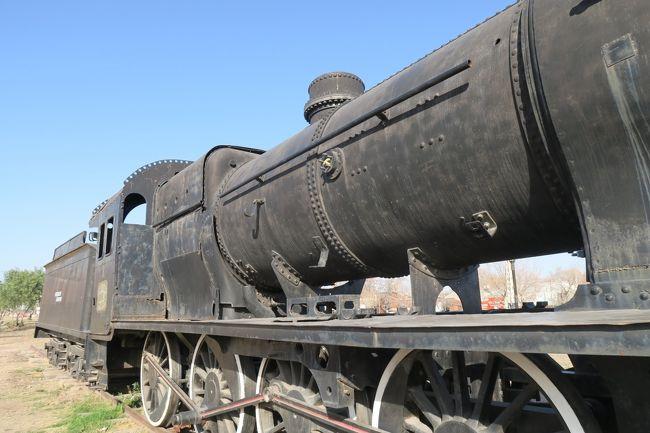 アルゼンチン滞在3日目はラスレニャススキー場へ行く予定でしたが、スキー場の天候不順の為、また時差ボケ対策も含めて観光にしま・・・あっ鉄道廃線があった!!<br /><br />なので、廃線巡りの旅に変更!!<br /><br />出発進行~♪<br /><br />この路線はサンラファエル中心から西へ出て北上しラス・カティタス(Las Catitas)までの約200kmあります。州都のメンドーサやサンルイス、ブエノスアイレスまで乗り入れていたようですね。<br /><br />ラス・カティタスまで結構な遺構が残っているので、かなり悩みましたが、スキー場の宿にも行かないといけないので、サンラファエル周りのみのトレースになりました。<br /><br />海外の廃線って時間が足りないんだよねー!