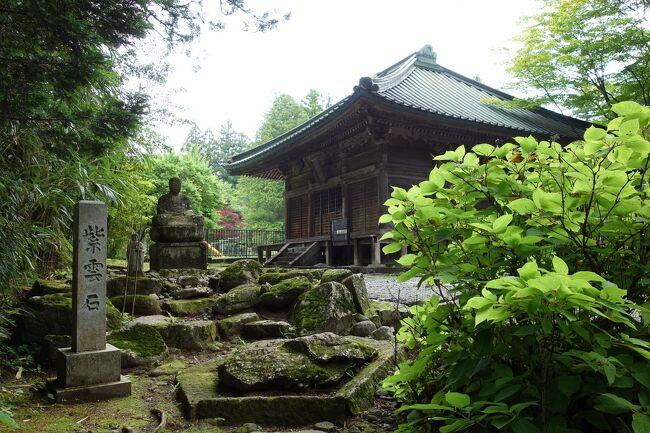 突然の日光日帰り旅行 四本龍寺の3重の塔が一番の目的ではあった。<br />四本龍寺は766年に日光山を開山された「勝道上人」によって創建された日光山で最初の寺院です。<br />写真は観音堂と紫雲石です。<br /><br />