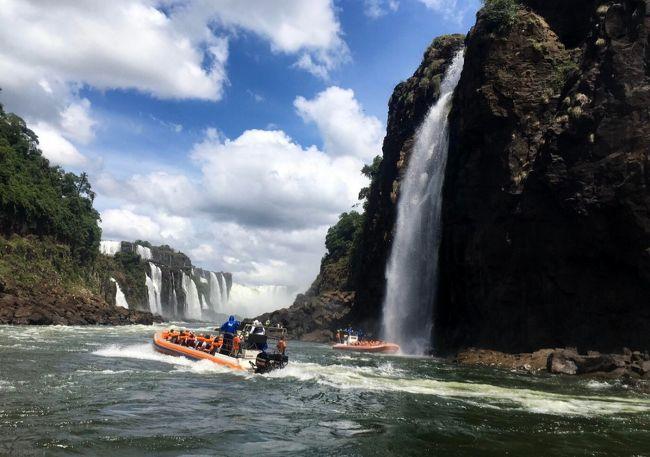 ツアー4日目は、アルゼンチン側からイグアスの滝を観光します。<br /><br />ホテルで生ハムなどの美味しい朝食をとった後、Circuito Superior (アッパートレイル)の遊歩道を散策します。<br /><br />Salto Bossetti や Salto San Martin などの滝を見た後、トロッコ列車に乗り悪魔の喉笛に。<br />落差80mもある悪魔の喉笛では、その迫力ある絶景を堪能しました。<br /><br />ビュッフェのランチを食べた後はボートツアー。<br />4回も滝の中に突入し、ビショビショになりながらの滝修行を存分に楽しみました。<br /><br />ホテルに戻り、少しプールサイドでくつろぎ、部屋に戻って昼寝をした後に、ベランダに猿が現れビックリしました。