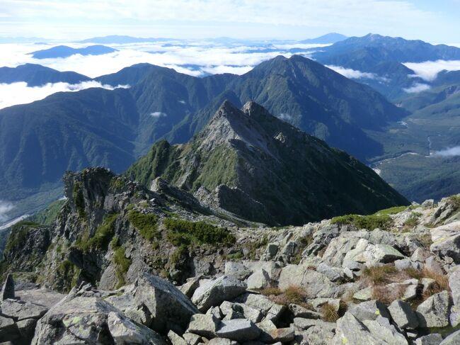 第136部-625冊目 3/4<br /><br />皆様、こんにちは。<br />オーヤシクタンでございます。<br /><br />毎月1座どこかに登る月例登山‥<br />9月の月例登山は本年最大のビックプロジェクト‥北アルプスの奥穂高岳を登頂する3泊4日の山旅です。<br />今回は、登山合宿と称し、昨年の立山・劔岳に同行させて頂いた会社でお世話になっている方々とパーティーを組んで、日本第3位の高峰に挑む事になりました。<br /><br />本編は、本邦第3位の高峰/奥穂高岳と第11位の前穂高岳を登頂します。<br />拙い旅行記ですが、ご覧頂けたら幸いです。<br /><br />表紙画像‥前穂高岳から眺めたダイナミックな展望。<br /><br />━━━━━━━━━━━━━━━━━━━━<br />令和元年9月17日~20日 3泊4日<br /><br />9月19日(木) 第3日目-1 晴れ<br />※徒歩(穂高岳登山/4.4km)<br />穂高岳山荘.5:00<br />:<br />奧穂高岳山頂.5:52-6:15<br />:<br />紀美子平.7:49-7:56<br />:<br />前穂高岳山頂.8:22-8:37<br />:<br />紀美子平.9:14-9:28<br />:<br />岳沢小屋.11:47<br /><br />━━━━━━━━━━━━━━━━━━━━<br />支出‥0円<br /><br />※旅行記掲載の金額は令和元年9月取材時のものです。