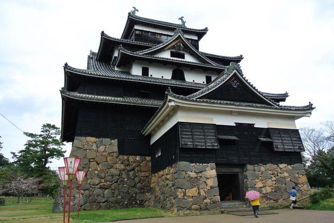 2020年3月25日~3月29日,兼ねてから妻と相談していた出雲大社へ30年越しのお礼参りと出雲を周遊する4泊5日の旅へ出かけてきました.<br />三日目(3/27)は出雲市からJR線で松江へ行き,国宝の松江城を訪ねました.その後,小泉八雲記念館と八重垣神社を訪ねました.八重垣神社の鏡の池で「縁結び占い」をやってきました.<br /><br />■スケジュール<br />↓3月25日 FDA直行便で仙台→出雲へ移動<br />↓3月26日 出雲大社へお礼参り<br />●3月27日 松江城と小泉八雲記念館と八重垣神社を訪ねる<br /> 3月28日 世界遺産石見銀山を訪ねる<br /> 3月29日 FDA直行便で出雲→仙台へ戻る<br /><br />拙い旅行記ですがご笑覧いただければ幸いです.