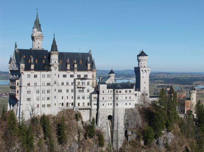 イタリアのアルト・アディジェ州からは墺リエンツ→キッツビュール経由で渋滞も無く脱出できましたが、今度はドイツの新コロ感染者数が日本を抜いてしまい、ドイツ国内の全ての学校や観光施設 等が翌 3/14日より4月の頭までお休みになっていました。お目当てだったドイツ(技術)博物館やレジデンツの宝物殿が閉館になったので、ドイツ人同様 西郊外にあるニンフェンブルク宮殿の庭園を散歩して来ました。ドイツ滞在の最終 3/15日も天気が良かったので、フュッセンの傍にある お馴染みのノイ・シュヴァンシュタイン城とヴィース教会をドライブも兼ねて訪れてみました。他にする事の無くなった、多くのドイツ観光客もヴァンデルングを楽しまれていました。なお新コロ感染防止のため現地&都内での三密を徹底的に避けたので、1ケ月後の今も元気に過ごしています。