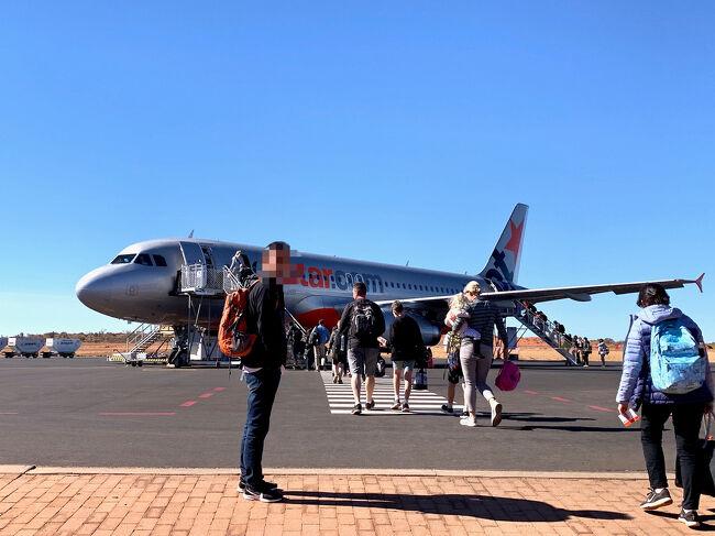 ウルルに2泊した後は、シドニーへ移動します。<br /><br />エアーズロック(ウルル)観光客は、ユララにあるエアーズロックリゾートにまとめられているので、飛行機の発着が宿泊客の流れをほぼ決めてます。<br />なので、ホテルのチェックアウトは10時と早く、12:15には空港へのシャトルバスに乗るよう促され、ホテルは次の飛行機で来る客を迎える準備に入るワケです。<br />狭い空港では、押し出され式で集まった人達で溢れかえり、何もやることが無い所で、これまた日々遅延していると思われるジェットスターを待つこと3時間。。。結局、シドニーに着いたのは、19時でした。<br />何もしてないけど、疲れた1日でした。<br /><br />そんなウルル&amp;ユララは、今頃どうしてるのかなぁ?<br />「閉山してもまた来てくださいね!」と言われたけど、<br />あいにくのコロナ渦で、、、<br />きっと、これまでに無い静かなウルルでしょうね。<br /><br />**********************************************<br />= 旅程 =<br /><br />● 8/7(水)<br />【 JL771 】B787-9(飛行時間9時間50分)<br />成田 19:20 発 ビジネスクラス(D)<br /><br />● 8/8(木)シドニー 6:10 着<br />旅行記(1) https://4travel.jp/travelogue/11537424<br /><br />【 JQ660 】A320(飛行時間3時間30分)<br />シドニー 10:40 発 → ウルル 13:40 着(のところ15時着) <br />《 Desert Gardens Hotel 泊 》<br />旅行記(2) https://4travel.jp/travelogue/11537549<br /><br />● 8/9(金)<br />ウルル日の出ツアー参加、その後 登山チャレンジ!<br />《 Desert Gardens Hotel 泊 》<br />旅行記(3) https://4travel.jp/travelogue/11632177<br /><br />● 8/10(土)★<br />【 JQ661 】A320(飛行時間3時間)<br />ウルル 14:15 発 → シドニー 17:45 着<br />《 Sheraton Grand Sydney Hydepark 泊 》<br />旅行記(4) https://4travel.jp/travelogue/11615488<br /><br />● 8/11(日)半日市内観光ツアー参加<br />《 Sheraton Grand Sydney Hydepark 泊 》<br />旅行記(5) https://4travel.jp/travelogue/11537571<br /><br />● 8/12(月)タロンガ動物園 他<br />《 Quality Hotel CKS Sydney Airport 泊 》<br />旅行記(6) https://4travel.jp/travelogue/11537573<br /><br />● 8/13(火)帰国<br />【 JL772 】B787-9 ビジネスクラス(D)<br />シドニー 8:15 発 → 成田 17:45 着<br />旅行記(7) https://4travel.jp/travelogue/11537577<br /><br />*ウルルとシドニーは30分の時差<br />*シドニー / ウルル往復のジェットスターは、LCCなのに、一人 AUD899 (約7万円)もした!<br />*JAL航空券は、エコノミーだと 成田/シドニー/エアーズロック(JAL+ジェットスター)で一度に申し込めるが、ビジネス指定だと 成田/シドニー間しか取れないため、シドニー/エアーズロック間は別予約になる。<br /><br />【 為替 】1オーストラリアドル=約75-80円