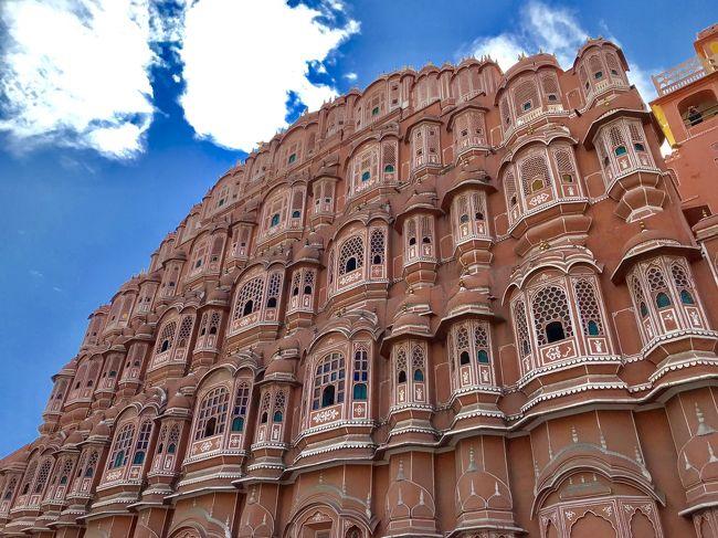 今年はお休みが取りづらく、旅行は無理かな・・・と諦めていたのですが、やっぱりどこかに行きたい!<br />悩んだ結果、思っていたより短い日にちで行けるインドに。<br /><br />学生時代に妹尾河童さんの「河童が覗いたインド」を愛読していて、いつかは行ってみたかった国。<br /><br />インドはハマる人と二度と行きたくない人に分かれると聞くけど、私はどうだろう?<br />それを確かめるためにも、やっぱり行ってみよう!<br />行くならタージ・マハルを見たいよね?<br /><br />・・・ということで、首都デリーに行くことにしました。<br />急遽決めたので、フライトとホテルがセットになったフリーツアーを利用。<br />フリータイムもオプショナルツアー利用、と計画時点では楽々の旅でした。<br /><br />1日目:移動<br />2日目:アグラ(タージ・マハル)<br />3日目:ジャイプール<br />4日目:デリー、移動