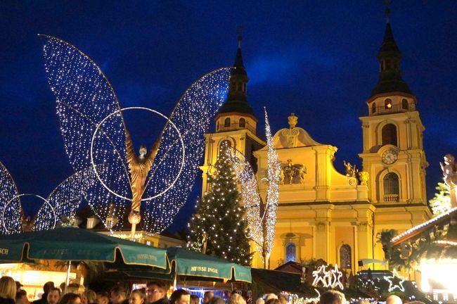 2019年12月12日(木)<br /><br />旅の11日目、この日は3つのクリスマス・マーケットを訪れました。<br />まず、エスリンゲンのマーケットを満喫。<br />ホテルで一休みして、夕方、「ルートヴィヒスブルク」のマーケットへ。<br /><br />駅から続く通りの街灯が、天使のイルミネーション!<br />テンション、上がります。(^^)<br /><br />ショッピングセンターを抜けると、屋台の並ぶ短い路地の奥に教会が見えました。<br />雰囲気は悪くないけれど、こんなもんかな…。<br />だいたい、ルートヴィヒスブルクのクリスマス・マーケットって聞いたことがないし。<br /><br />な~んて思いながら、教会の脇を抜けた所で目を奪われました。<br />えぇぇぇ~~~、天使が広場を見下ろしている!!!<br /><br />そうなんです、羽を広げた大きな天使のイルミネーションが、広場の中心部を囲むようにいくつも立っていました♪<br /><br />ウキウキと屋台を覗きながら何度も天使を見上げ、大満足のルートヴィヒスブルクの行きとなりました。<br /><br />シュトゥットガルトに戻って、さて夕食と思ったら、目的のレストランが見つからない…。<br />おまけに、夜のマーケットは前日と打って変わってもの凄い人出。(*o*)<br />やっとのことで、屋台で食料を調達しました。<br /><br />* * * * * * * * * *<br /><br />12/2:羽田~フランクフルト(フランクフルト泊)<br />12/3:フランクフルト~ブリュッセル、ゲント(ブリュッセル泊)<br />12/4:ブリュッセル~ケルン、カイザースヴェルト、デュッセルドルフ(ケルン泊)<br />12/5:ケルン~フライブルク(フライブルク泊)<br />12/6:フライブルク~リボーヴィレ、リクヴィル(リボーヴィレ2泊)<br />12/7:リボーヴィレ<br />12/8:リボーヴィレ~コルマール(コルマール泊)<br />12/9:コルマール~ストラスブール(ストラスブール2泊)<br />12/10:ストラスブール、ゲンゲンバッハ<br />12/11:ストラスブール~シュトゥットガルト(シュトゥットガルト2泊)<br />12/12:エスリンゲン、ルートヴィヒスブルク、シュトゥットガルト★<br />12/13:シュトゥットガルト~マインツ(マインツ泊)<br />12/14-12/15:ヴィースバーデン、マインツ、フランクフルト~羽田