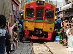 タイ・バンコク2020・・・(4)メークロン市場 市場の中を列車が際どく通過