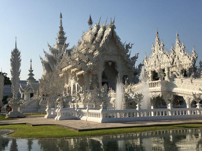 タイ旅行4日目:1月25日<br />チェンライの観光をしながらチェンマイまで戻りました。<br /><br />緑のお寺「ワットプラケオ」でエメラルド仏を見て<br />黒い家「バーンダムミュージアム」で地獄を見て<br />皇太后さまの離宮「ドーイ トゥン パレス」で綺麗に咲き誇るお花を見て<br />国境の町「メーサーイ」でタイの最北端に立ち<br />白いお寺「ワットローンクン」で天国を感じ<br />チェンマイに戻ってホテルにチェックイン<br />その後【Doo Dee Restaurant &amp; Bar】で夕飯<br />夜市でお買い物を楽しみました。