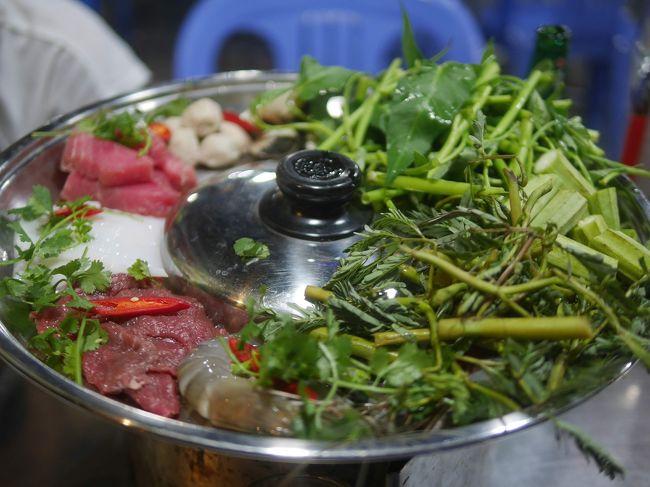 <br />前編で、ベトナムで食べ歩いた料理を紹介しました。<br /><br />今回は、鍋と手巻き料理の紹介です。<br /><br /> (^_^)パチパチ<br /><br />おまけで、<br /><br />デザート/お菓子 が付いています。<br /><br /> (^_^)パチパチ<br /><br /><br />ーーーーーー<br /><br /><br />*** Món Lẩu *** モンラウ 鍋料理<br /><br />Món 食べ物<br />Lẩu ラウ<br />Món Lẩu 鍋料理<br />です(+_+)/<br /><br />ただ、Lẩuの â が曲者です、ラウ?ロウ?<br />その中間のような、日本人には、鬼門の母音なのです。。。<br /><br /><br />暑い中で、ビールと鍋は、最高です。<br />頼むと2~3人前ぐらいなので、お1人様では、難しいですかねぇ。。。<br />大食いだと、いけます(=_=)/<br /><br />具に、てんこ盛りの野菜と香草で、ジュルジュルきます(^_^)///<br /><br />鍋の具を取り分けるお椀があるのは、日本と同じです。<br />でも、醤油皿があるのがベトナムです。<br /><br />醤油皿にヌックマム(魚醤)を入れて、お好みで生唐辛子を入れてスタンバイです。<br />お好みで、具をチュチュっと漬けて食べると、美味しいのです(^_^)///<br /><br />食べたことがある鍋料理、<br />食べたことがない鍋料理、<br />禁断の鍋料理を紹介します(+_+)/<br /><br /><br />ーーーーーー<br /><br /><br />* LẨU HẢI SẢN ラウハイサン 海鮮鍋<br /><br />https://youtu.be/p0-xwSLdtPQ <br /><br />LẨU HẢI SẢN 海鮮鍋。<br />LẨU 鍋<br />HẢI SẢN ハイサンは、海鮮で中国語とほぼ同じです。<br />海鮮のプーさん語のピンイン表記は、hǎi xiān です。。。<br />お隣のニダニダ国では、グーグル翻訳によれば、해물で、読めませんニダ(=_=)/<br /><br /><br />LẨU HẢI SẢN 海鮮鍋は、私が頼む定番の鍋です。<br /><br />魚、エビ、貝、イカなどの海鮮です。<br />野菜と香草は、てんこ盛りです。<br /><br />間違いなしです(^_^)/<br /><br />でも、具に肉もあるので、日本人的には、寄せ鍋かも(^_^)/笑<br /><br /><br />* LẨU CÁ ラウカー 魚鍋<br /><br />https://youtu.be/Wu3uGJC9RXg <br /><br />LẨU CÁ 魚鍋<br />LẨU 鍋<br />CÁ 魚<br /><br />ただ、海鮮鍋より魚の量が多いだけかも(=_=)!?<br /><br />鍋のスープにトマトとかパイナップルが入っています(@_@)超ベトナム的<br /><br /><br />* LẨU THÁI ラウタイ タイ風鍋<br /><br />https://youtu.be/p1ejp7z4mc4 <br /><br />LẨU THÁI<br />LẨU 鍋<br />THÁI タイ王国<br /><br />これも私が頼む定番です。<br /><br />辛いエビのスープの鍋です。<br />でも中国の火鍋の辛さほどではありません。<br /><br />タイスキって辛かったかなぁ???<br /><br />ベトナムの鍋では、中国の火鍋みたいに、タレの種類/香草の種類は、ありません。<br /><br />激辛が好きな人は、自分の醤油皿(魚醤皿)にドバっと生唐辛子を入れて、チュチュっと漬ければよいのです。<br /><br /><br />LẨU THÁI HẢI SẢNだとタイ風 海鮮鍋、となりまする。<br /><br /><br />* Lẩu Dê ラウゼー ヤギ鍋<br /><br />https://youtu.be/ID-iOixwSwc <br /><br />Dê ヤギ<br />(ベトナム語のアルファベットのDは、ザ行。Đは、ダ行です。なので、Dêは、ゼーです。)<br /><br />ヤギ鍋は、ハノイで1度だけ食べました。<br /><br />具材の中に、小さな脳みそが鎮座していて、(*_*)/OMG<br /><br />白子みたいで、とっても、なかなか、美味しかったです(^_^)/<br />でも、奥さんには、鬼畜(=_=