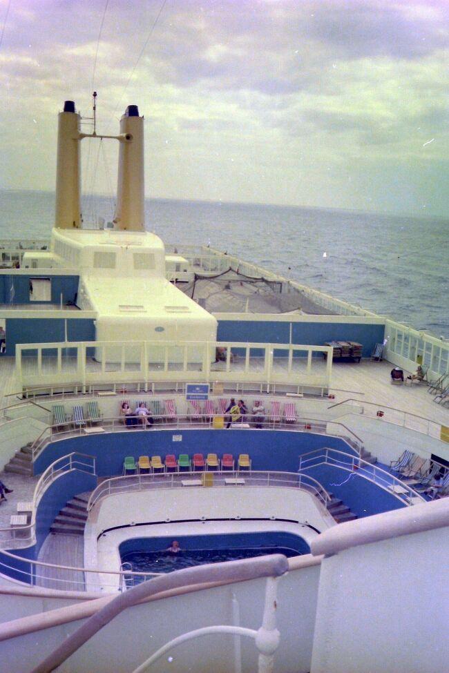 1976年10月 キャンベラ号でサザンプトンからマデイラ島(西)<br />そしてリスボン(葡)とヴィゴ(西)に寄港する 9日間のクルーズ。<br />前後にロンドンとパリにも寄り全部で2週間、<br />1歳と6歳の子供を連れた家族旅行。<br /><br />マデイラはワインで一番有名だろうが (最近ならロナウド?)、<br />さすがに行った人も多くはないようで4トラベルの旅行記も<br />少ないし、当然かもしれないが大昔に行ったものは見つからない…<br />写真はキャンベラ号のプールで、ほかに子供用の浅いプールもあった。<br />後部の2本の黄色いファンネル (煙突)が特徴らしい。<br />調べてみると所有はロンドンの P&amp;O で 1961年から 97年まで運行。<br />元はサザンプトンとシドニー間の定期旅客船 (だからキャンベラ?)、<br />その後クルーズ用に改造され 1974年から地中海中心に多くの<br />クルーズを実施、後には世界一周にも使い日本にも何度も寄港。<br />総トン数は 44,807トン(1968年)、大きさは 249.9 x 31.2メートルで<br />1980年までは世界最大のクルーズ船だった。 とは言え現在の<br />ビルのような大型船、例えば例のダイヤモンド・プリンセス号は<br />115,875トンと3倍近くある。 だが意外や 290 x 37.5メートル と<br />大きさに大差ない。 ということは高さが違うはずで 18階建てらしい。<br />不確かな記憶ではキャンベラのエレベーターは3基あり 11階まで。<br />1973年まではファースト・クラス 548、ツーリスト・クラス 1,690だが、<br />73年からファースト・クラスがなくなりワン・クラスに。とは言え、<br />もちろん料金が船室により異なるので現実には区別 (差別?)があった。<br />例えば高い部屋付きのスチュワードは白人だが、<br />僕らのような安い部屋の係はインド人などの有色人種とか…<br />乗員は 73年からは 795名とのこと