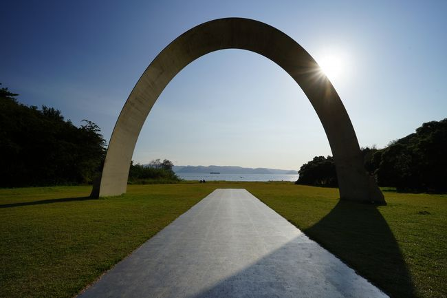 「海の復権」をテーマに2010年より3年毎に開催されている瀬戸内国際芸術祭。4回目の開催となった2019年会期は全作品を鑑賞。自ら触れた作品と島風景のアーカイブ。<br /><br />・訪問日は2019年10月12日、10月26日。<br />・本文中は作品番号/作家名/作品タイトル/制作年の順で紹介しています。<br />・星印の数は独断の「また見たい度」です。<br /><br />【瀬戸内国際芸術祭2019開催概要】<br />・会期 107日間<br />  春(ふれあう春)4月26日~5月26日<br />  夏(あつまる夏)7月19日~8月25日<br />  秋(ひろがる秋)9月28日~11月4日<br />・会場 瀬戸内海の12島と高松、宇野<br />・総合プロデューサー 福武總一郎<br />・総合ディレクター  北川フラム<br />・アート作品数 213点(公式ガイドブックによる)