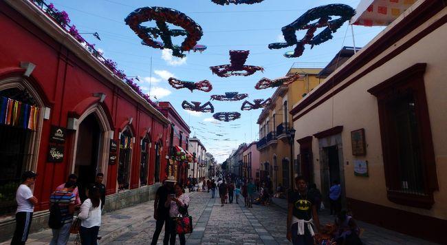 夏休みの家族旅行もいよいよメキシコ最後の街オアハカに来ました。<br />メキシコシティでは渋滞や治安の悪さに苦心したのがウソのように、オアハカはのんびりとしていて楽しい時間を過ごせました。<br />コロニアルスタイルのきれいな街並み、メキシコらしいポップな色使い、抜けるような青空。<br />グアナファトと同じく映画リメンバー・ミーのモデルになった街の一つとされていますが、陽光あふれるおとぎの国のようでした。<br />オアハカは先住民の比率が高く、昔からの伝統が息づく街です。<br />さらにちょっと足を延ばすとミトラ、モンテ・アルバンなど古代文明の遺跡、イエルベ・エルアグアと石灰棚といった自然の絶景を見ることもでき、メキシコの持ついろんな魅力がギュッと詰まった街でした。<br /><br /><日程><br />7/25 成田からメキシコシティ経由でカンクンへ移動<br />7/26 カンクン ‐ホテルでのんびり<br />7/27 カンクン ‐現地ツアーでトゥルム遺跡とセノーテなどを巡る<br />7/28 カンクン ‐ホテルでのんびり<br />7/29 カンクン ‐自然海洋テーマパーク「シェルハ」で遊ぶ<br />7/30 カンクンからグアナファトへ移動<br />7/31 グアナファト観光<br />8/01 グアナファトからメキシコシティへ移動 <br />8/02 テオティワカン遺跡と国立人類学博物館を観光 <br />8/03 メキシコシティからオアハカへ移動 ←ココ<br />8/04 オアハカ ‐現地ツアーでイエルベ・エル・アグア、ミトラ遺跡、トゥーレの木を観光 ←ココ<br />8/05 オアハカ ‐モンテアルバン遺跡観光 ←ココ<br />8/06 オアハカ ‐市内観光&ショッピング、メキシコシティへ移動 ←ココ<br />8/07 メキシコシティ出発<br />8/08 成田着<br /><br />値段は1ペソ=5.5円で換算しています。