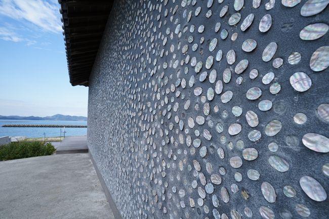 「海の復権」をテーマに2010年より3年毎に開催されている瀬戸内国際芸術祭。4回目の開催となった2019年会期は全作品を鑑賞。自ら触れた作品と島風景のアーカイブ。<br /><br />・訪問日は2019年10月19日、10月26日。<br />・本文中は作品番号/作家名/作品タイトル/制作年の順で紹介しています。<br />・星印の数は独断の「また見たい度」です。<br /><br />【瀬戸内国際芸術祭2019開催概要】<br />・会期 107日間<br />  春(ふれあう春)4月26日~5月26日<br />  夏(あつまる夏)7月19日~8月25日<br />  秋(ひろがる秋)9月28日~11月4日<br />・会場 瀬戸内海の12島と高松、宇野<br />・総合プロデューサー 福武總一郎<br />・総合ディレクター  北川フラム<br />・アート作品数 213点(公式ガイドブックによる)