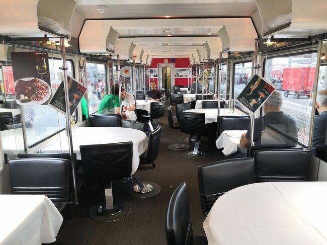 ミュンヘンに出張中の鉄道好きの友人と合流し、週末を利用してミュンヘン近郊で食堂車の乗り比べをしてきました。日本の在来線ではほとんどなくなってしまった食堂車、ヨーロッパはいろんなタイプがあって楽しかったです。<br /><br />スケジュール<br />6/22<br />ミュンヘン-ウルム-シュトゥットガルト-アウクスブルグ-ミュンヘン(ドイツの食堂車)<br />6/23 <br />ミュンヘン-ブーフローエ(スイスの食堂車)<br />ミュンヘン-ブーローゼンハイム(オーストリアの食堂車)<br />ミュンヘン-翌日ミラノ(ナイトジェット個室)<br /><br /> 6/22土曜日はドイツの食堂車を乗り比べするため、途中下車しながらシュットガルトを往復しました。まずウルムで途中下車、ウルムの大聖堂はあの有名なケルンの大聖堂より高く教会建築としては世界一だそうです。シュトゥットガルトでランチして、帰路はアウクスブルグで下車、こちらも街をぶらぶらして教会に立ち寄り、ミュンヘンに戻りました。<br /> ドイツの食堂車ですが最初に乗ったICEは長椅子タイプでテーブルクロスが敷いてある食堂車でした。珈琲を注文したらマシーンが故障中とのこと、友人曰く、よくあることだそうです。次の列車も同じようなタイプの食堂車でした。シュトゥットガルトからの食堂車はちょっ変わった半円テーブルタイプのカジュアルな食堂車でした。最後はファミレスの席みたいなテーブルクロスがない食堂車でした。<br /><br /> 6/23翌日はスイスとオーストリアの食堂車、最初に乗ろうと思ったスイスの列車は沿線トラブルで大幅遅延、仕方がないのでホテルに戻って予定を練り直し、ミュンヘンからブーフローエを単純往復しました。今度はオーストリアの食堂車に乗るべく、ローゼンハイムをこちらも単純往復しました。それぞれ現地での観光はなし、せっかくなのでミュンヘンの新市庁舎だけ観光しました。<br /> スイスの食堂車は半円タイプにテーブルクロスが敷いてあり、ちょっと変わった食堂車で面白かったです。オーストリアの食堂車は1両まるごと食堂車のタイプでテーブルクロスも敷いてあり、いかにも食堂車という感じでした。<br /><br /> その夜は友人に見送ってもらいミラノに向けて出発、こちらも楽しみにしていた寝台列車のナイトジェットです。今回は奮発してシャワートイレ付の豪華個室、日本で予約して20,500円でした。一人旅だとセキュリティ管理に気を使うのでトイレシャワー付はとても便利でした。<br /> 個室車両には男性のアテンダントさんがいてベットメイキングや朝食の手配(いくつか選べるタイプ)もしてくれます。ただ、すべて英語で説明されるので細かい内容を理解するのが大変でした。特にパスポートとチケットを一旦預けるので少し不安になりました。