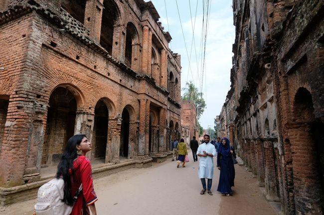2020年のお正月休みは、昆明経由でバングラディシュのダッカに行きました。<br /> 実質2日目の1月2日は、バスに乗って郊外のショナルガオン(パナムシティ)を訪れました。<br /> かつての首都で、「黄金の都」と呼ばれていたそう。それは言い過ぎのような気がしますが、素敵な街でした。<br /><br /><日程><br />①12/29 成田空港→上海浦東空港(野宿)<br /><br />②12/30 上海→昆明~官渡古鎮<昆明旅行記①><br />https://4travel.jp/travelogue/11586928<br /><br />③12/31 東寺塔、昆明老街→ダッカ<昆明旅行記②><br />https://4travel.jp/travelogue/11598244<br /><br />④1/1 オールドダッカ観光<ダッカ旅行記① ><br />https://4travel.jp/travelogue/11617569<br /><br />⑤1/2 ショナルガオン(パナムシティ)<ダッカ旅行記② このページ><br /><br />⑥1/3 ダッカ→昆明→武漢空港(野宿)<ダッカ旅行記③><br />https://4travel.jp/travelogue/11618448<br /><br />⑦1/4 武漢→成田帰国<br /><br /><使用カメラ><br />Leica Q-P、FujiFilm X-E3+Touit12mm f2.8、Sony RX100M6