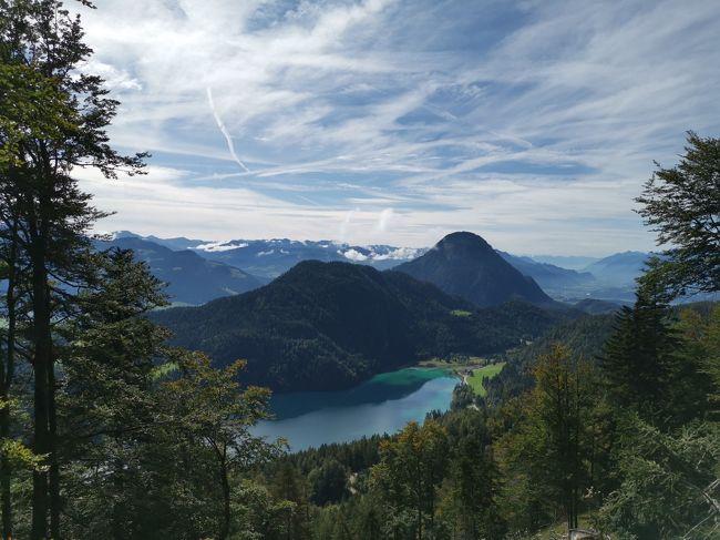 ヴィルダーカイザー地方ヒンターステイナー湖を見下ろすハイキング