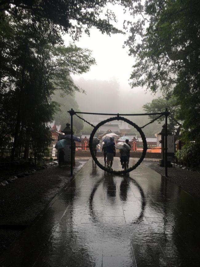 今回の霧島温泉はのんびりすることがテーマ。<br />友達がゆっくりしたいが温泉はどこがおすすめされたので、函館湯の川か霧島を提案し、交通が安かった霧島になりました。<br />東京からの距離自体は遠いですが、空港から温泉までが近いので、霧島はおすすめです。観光しなければ空港から30分以内に着けますし湯量も泉質もかなりよい。(後空いてるw)<br />露天風呂と岩盤浴のついた離れのお宿でゆっくりしました。<br />たまたますごい台風にあたってしまい、散歩とかもできない感じだったので、まあゆっくりして、立ち寄り湯と、霧島温泉に行ったくらいですが、空港から近い温泉なので霧島温泉はいいですね。<br />空港の側の種麹の工場?お店にいって、麹たっぷりのランチもいただき、<br />ちょうど夏越の祓のタイミングでしたので、霧島神宮で茅の輪くぐりをしてきました。<br />体の内と外から癒しの週末でした。<br />今回は鹿児島なのに桜島見れませんでしたね。。。台風でw<br />